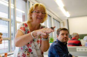 Teilnehmerin Agnes Brath mit einem Schwalbenschwanz-Falter